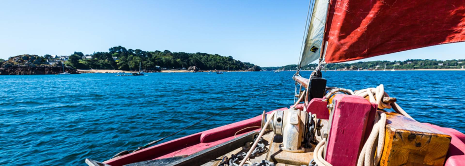 Voilier dans l'archipel de Bréhat ©Cédric Lagrifoul