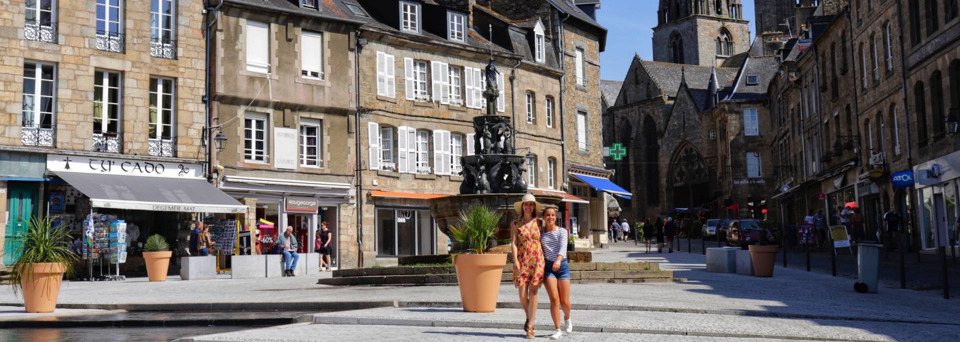 Place du Centre à Guingamp et fontaine la Plomée ©Gaubert Marion