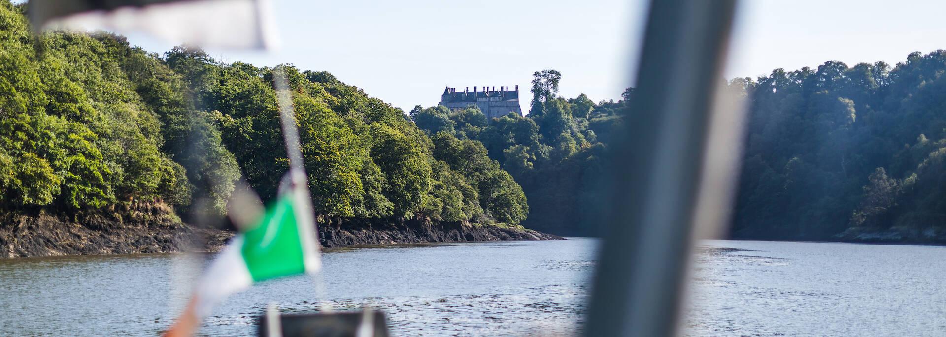 Vue sur le château de la Roche Jagu depuis l'estuaire du Trieux
