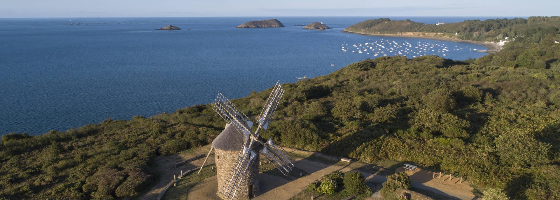 Vue aérienne sur le moulin à vent de Craca à Plouézec ©Meriglier Jean-Philippe