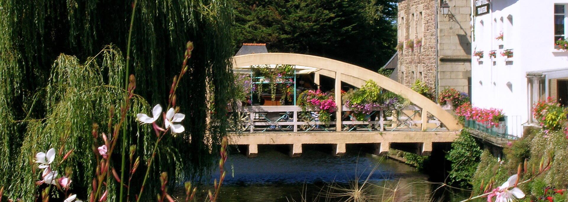 Pont Saint Yves, reliant les 2 places triangulaires de Pontrieux ©Office de Tourisme de Guingamp - Baie de Paimpol