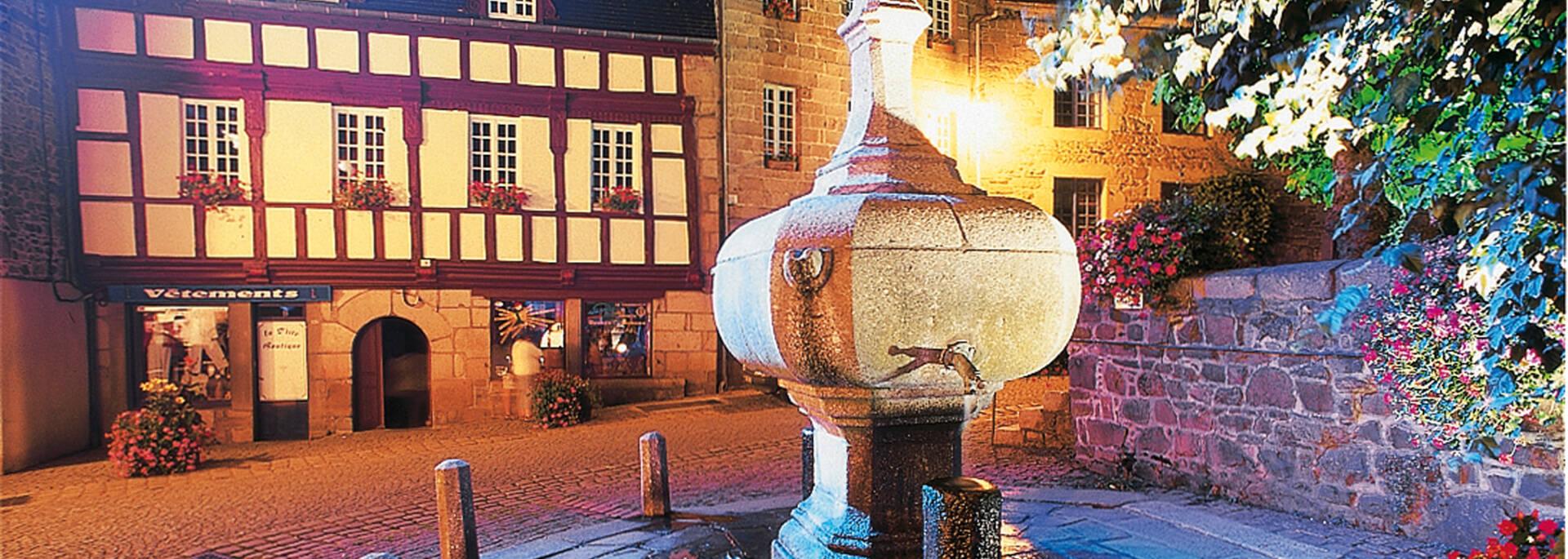 Fontaine La Plomée, Place le Trocquer à Pontrieux, sous les lueurs du parcours lumière ©F. Hamon