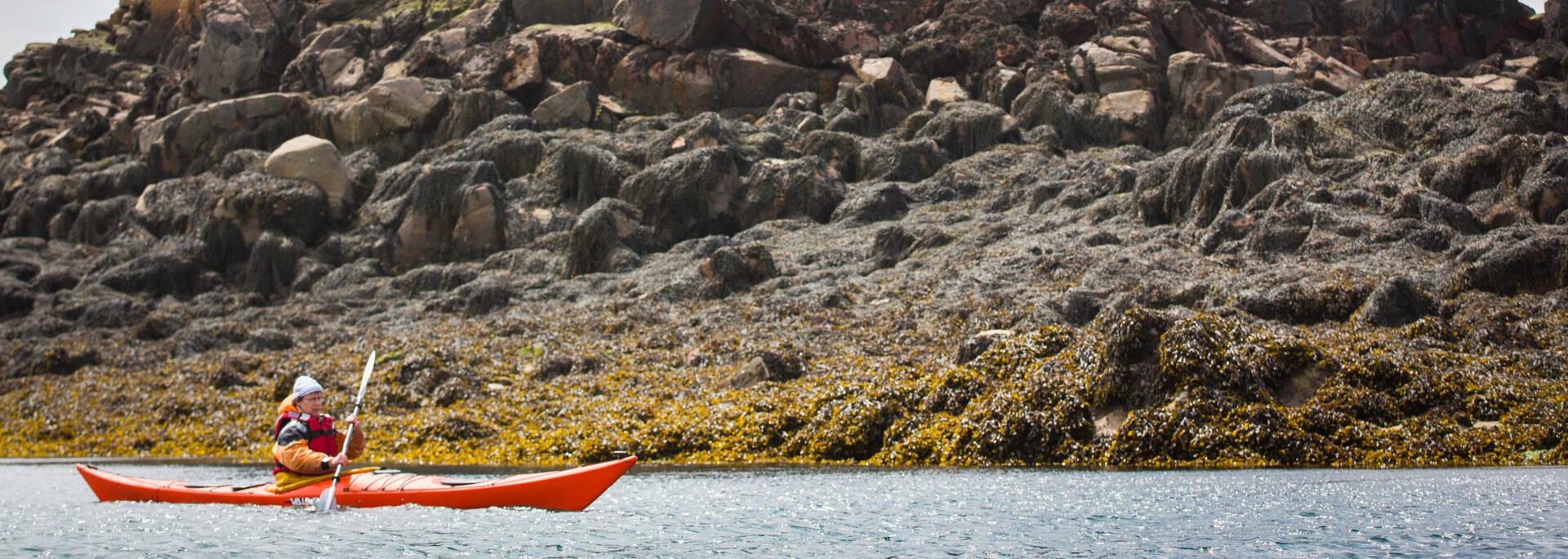 Archipel de Bréhat, kayak au pied d'un rocher ©P. Torset