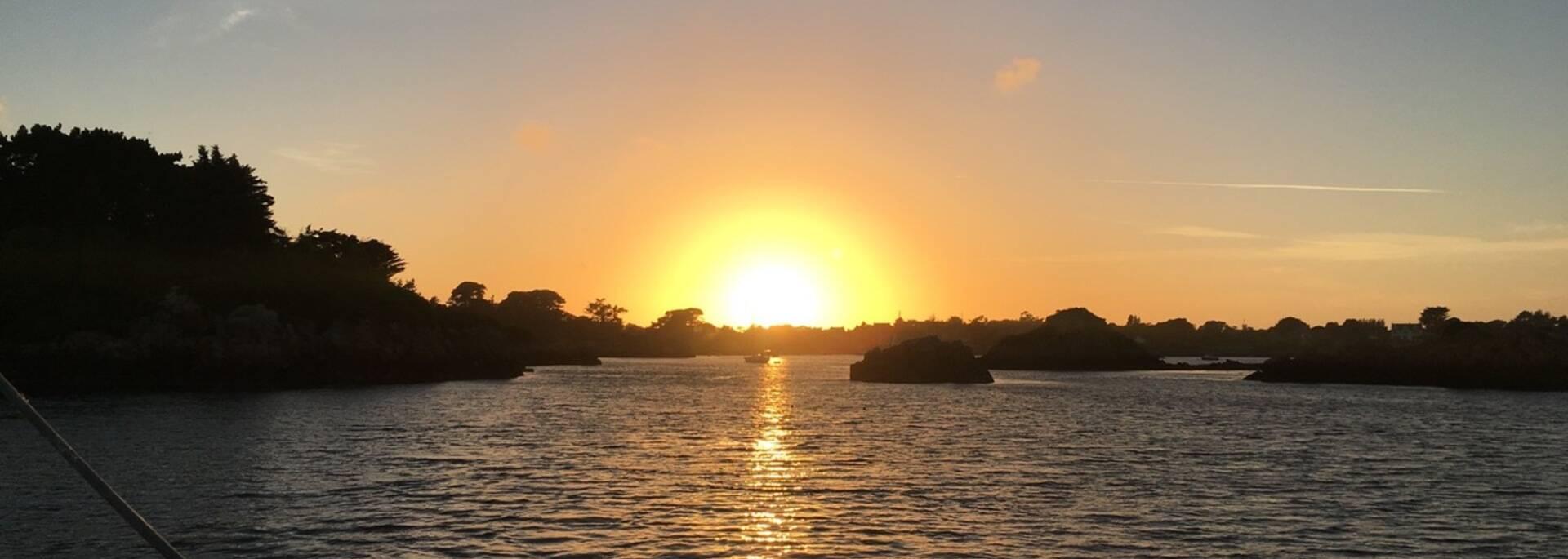 Coucher de soleil sur l'archipel de Bréhat avec Voiles et Traditions ©Cedric Lagrifoul