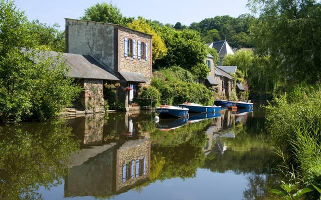 Barques sur la rivière le Trieux, au coeur de Pontrieux ©H. Ronné