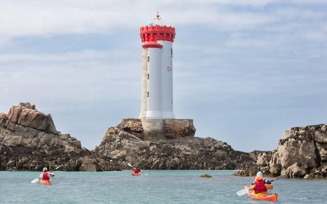Phare de la Croix sur l'archipel de Bréhat, arrivée des kayaks ©P. Torset