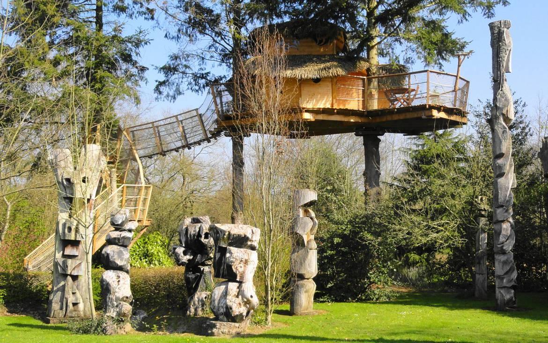 Parc et totem ©Cabanes du jardin de pierre