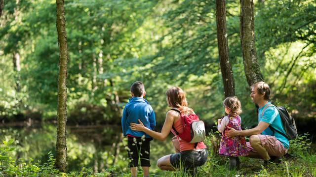 Famille au bord de la rivière ©E.Berthier