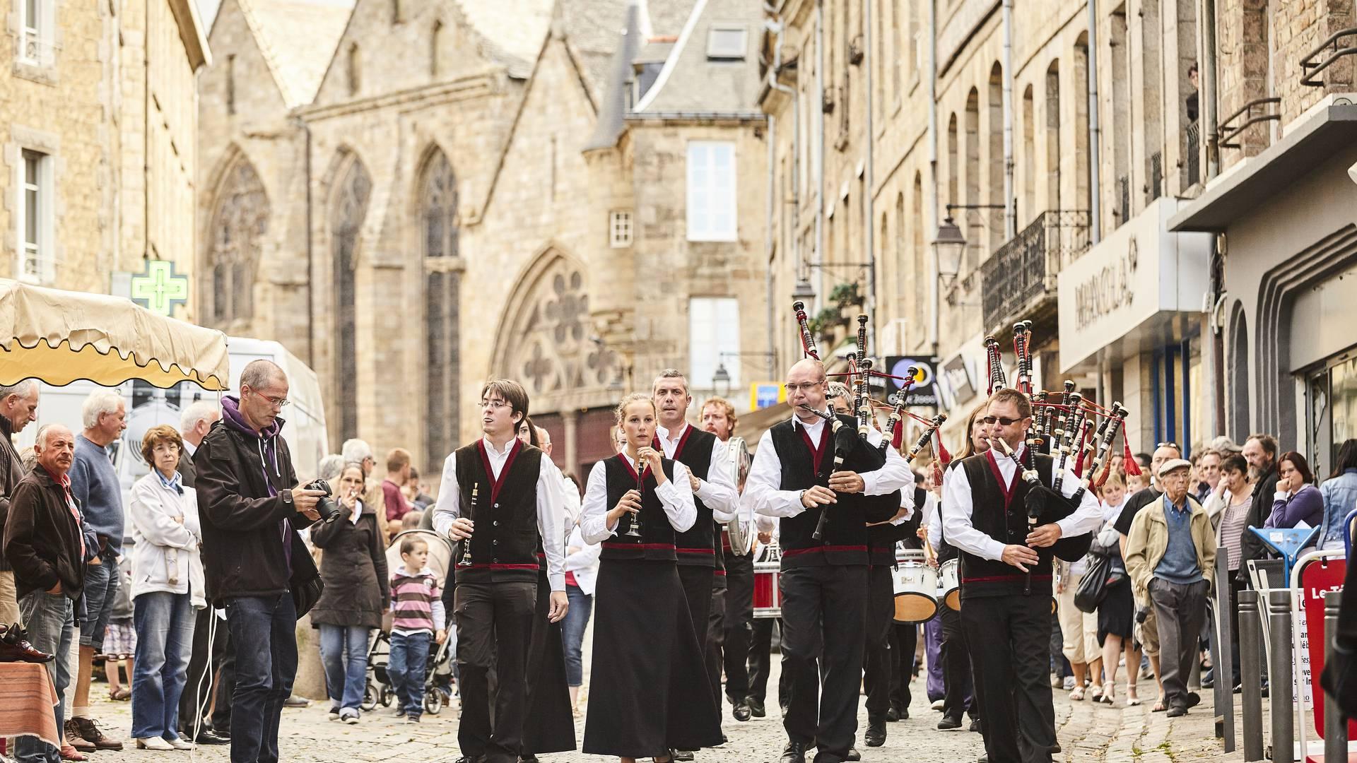 Festival de la Saint Loup à Guingamp, danses et jeux bretons, concerts